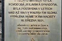 Na jihlavskou synagogu zatím upozorňuje jen pamětní deska, umístěná na hradbách v Benešově ulici.