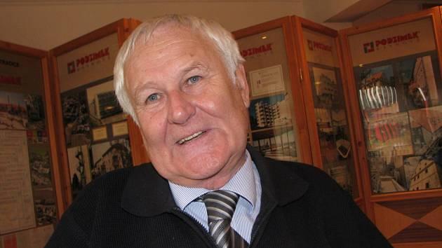 Úspěšný podnikatel Josef Podzimek v úterý v sále své firmy v Třešti před kolekcí dokumentů z historie i současnosti rodinného podniku.