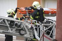 Jihlavští hasiči včera při požárním cvičení za pomoci výškové techniky evakuovali jednoho studenta. Cvičení podle ředitele odboru Integrovaného záchranného systému a služeb Petra Kotinského dopadlo na výbornou.