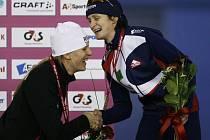 Martina Sáblíková (vpravo) nenašla ani v Calgary přemožitelku, na stupně vítězů se opět postavila úplně nejvýš.  S gratulací přispěchala i třetí v pořadí, Kanaďanka Grovesová.