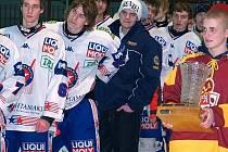 Jihlavští hokejoví dorostenci (v červeném) si z dvoudenního Memoriálu MUDr. Iva Procházky v Třebíči odvezli vítězný putovní pohár.