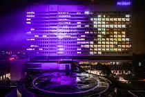 Na budovách nemocnic a dalších zařízení se ve všech krajích rozsvítí světlo. Na fotografii je Fakultní nemocnice Brno