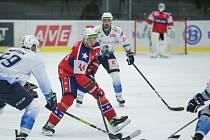 Třebíčští hokejisté (v červeném) svého trenéra potěšili nejen výhrou, ale zejména výkonem v druhé třetině.
