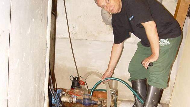 Noční liják nedal spát obyvatelům bytového domu v Žižkově ulici. Museli čerpat kvanta vody ze sklepa.