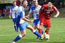 Fotbalisté Sapeli Polná (v modrém) přivítají ve Stáji favorizovanou Bystřici.