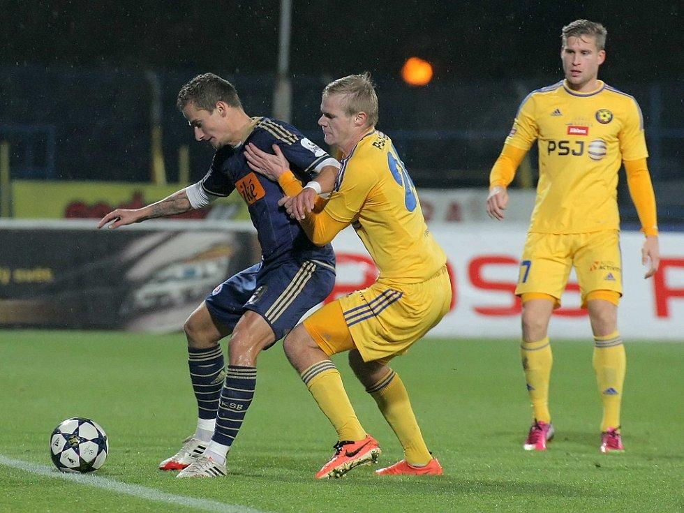 Prořídlý kádr Vysočiny dostal proti Slovanu další ránu. Zranil se i bek Jan Mikula (v souboji o míč vpravo).