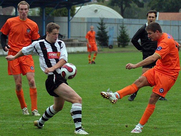 Šlágr 5. kola krajského přeboru mezi Polnou (vpravo Lukáš Adamec v souboji s pelhřimovským Lukášem Mácou) a Pelhřimovem gól nepřinesl.