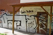 Výsledek řádění vandalů se sprejem v ruce.