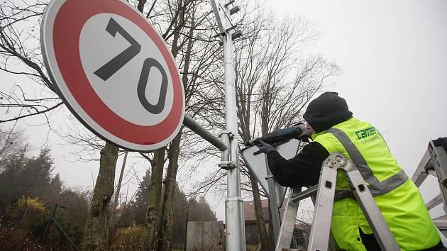 Instalace kamer pro měření rychlosti na silnici 602 v Hosově u Jihlavy.