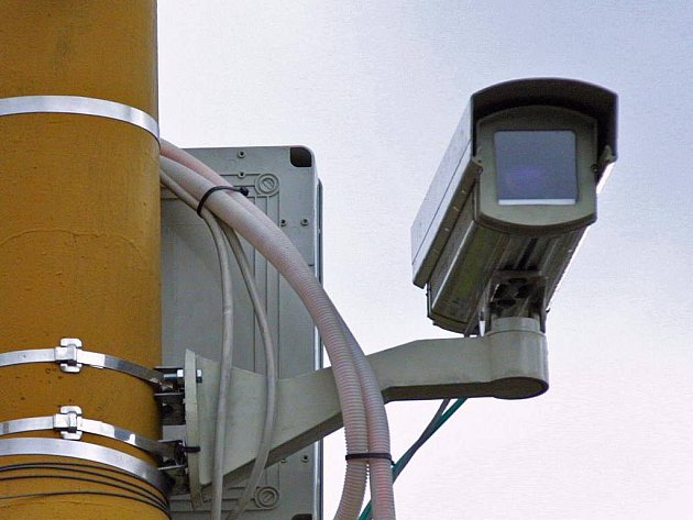 Kamera na křižovatce u autobusového nádraží.