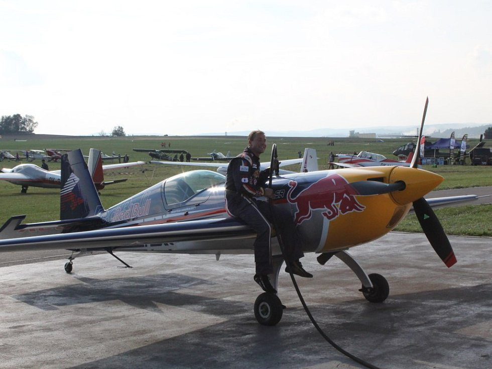 Šonka dotankovává letadlo po své show