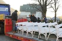 Z náměstí bylo odvezeno zhruba šedesát laviček.