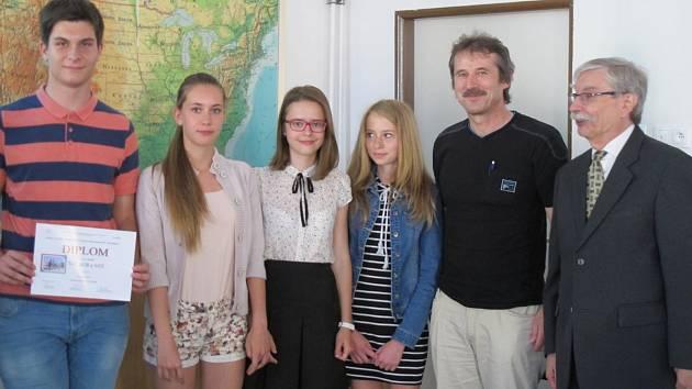 Úspěšní studenti z telčského Gymnázia Otokara Březiny. Na fotce první zleva Jiří Kučera a třetí zleva Anna Bártů.