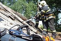 Tři hasičské jednotky bojovaly s požárem chatky vpelhřimovské zahrádkářské kolonii Na Houfech.
