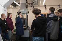 Laboratoř experimentálních měření středoškoláky velmi zaujala.
