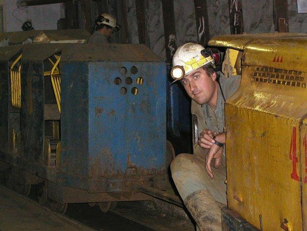 Vzdálenosti v posledním českém uranovém dole v Rožné na Žďársku jsou pro někoho překvapivě i kilometrové. Proto se horníci a další zaměstnanci přepravují vpodzemí pomocí elektrických důlních vláčků.