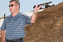 Technický ředitel A.S.A. Pavel Tomášek slíbil, že společnost do konce října dokončí kompletní rekultivaci svahů viditelných ze silnice včetně ozelenění.