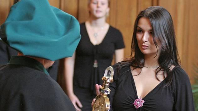 Studentka Vysoké školy polytechnické Jihlava skládá slavnostní studentský slib.