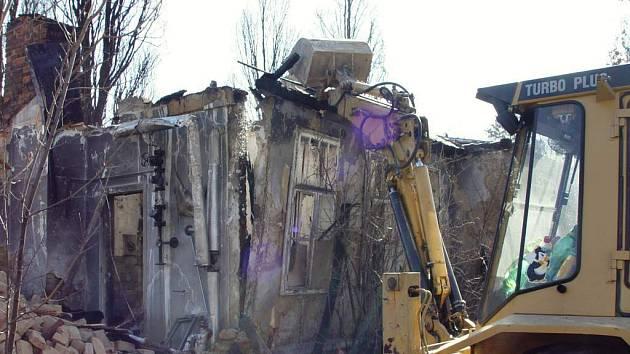 Torzo ohořelé budovy ve staré nemocnici již likvidují bagry