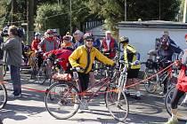 Asi 40 cyklistů odstartovalo svou nedělní jízdu na lávce přes řeku Jihlava vmístě za hypermarketem Kaufland.