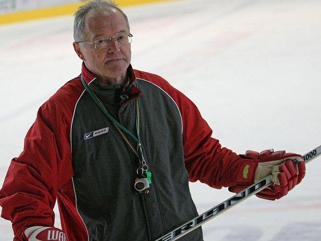 Prvoligové jihlavské hokejisty vede od středečního večera Karel Dvořák. Pětapadesátiletý trenér není u A–týmu Dukly nováčkem, působil u něj už v letech 1997 až 2002.