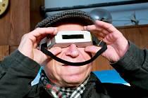 Částečné zatmění Slunce pozorovali 4. ledna 2011 na mnoha místech České republiky stovky lidí. Menší snímek je pořízen pomocí hvězdářského dalekohledu pracovníků Štefánikovy hvězdárny v Praze.