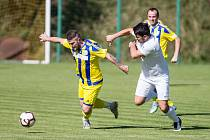 Fotbalisté Dobronína (ve žlutém) měli výborný rozjezd, v závěru ale body poztráceli.