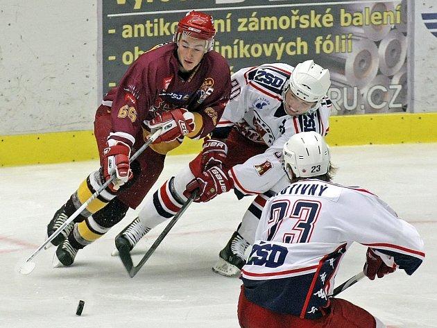 Hattrick si na své konto připsal útočník Michal Velecký (v červeném). Dukle tím ale k bodům nepomohl.