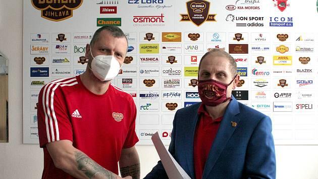 Michal Broš (vlevo) stvrdil svůj příchod do Jihlavy s jednatelem HC Dukla Bedřichem Ščerbanem.