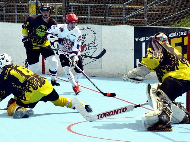 Hokejbalisté SK Jihlava B (v bílém) zvládli čtvrtfinálovou sérii s Třebíčí, a vítězstvím načali i tu semifinálovou proti Kyjovu.
