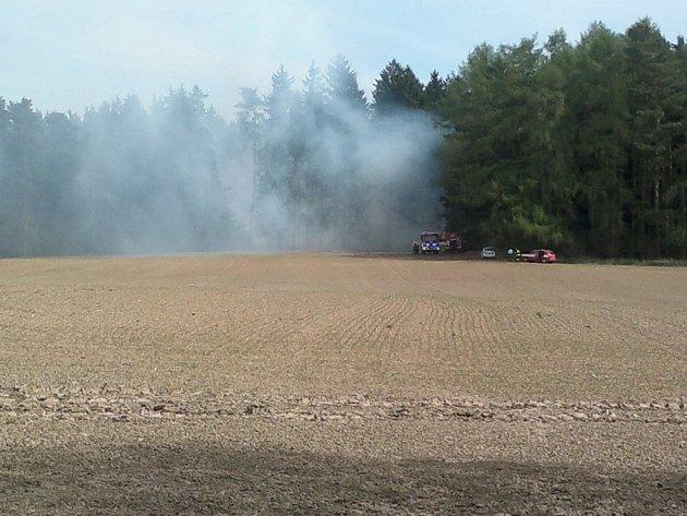 Hasiči vyjeli v neděli krátce po poledni k rozsáhlému požáru lesa mezi Kamennou a Dobronínem. Hustý dým valící se z lesa byl vidět z dálky několika kilometrů. Hasičům se podařilo dostat plameny pod kontrolu až po dvou hodinách.
