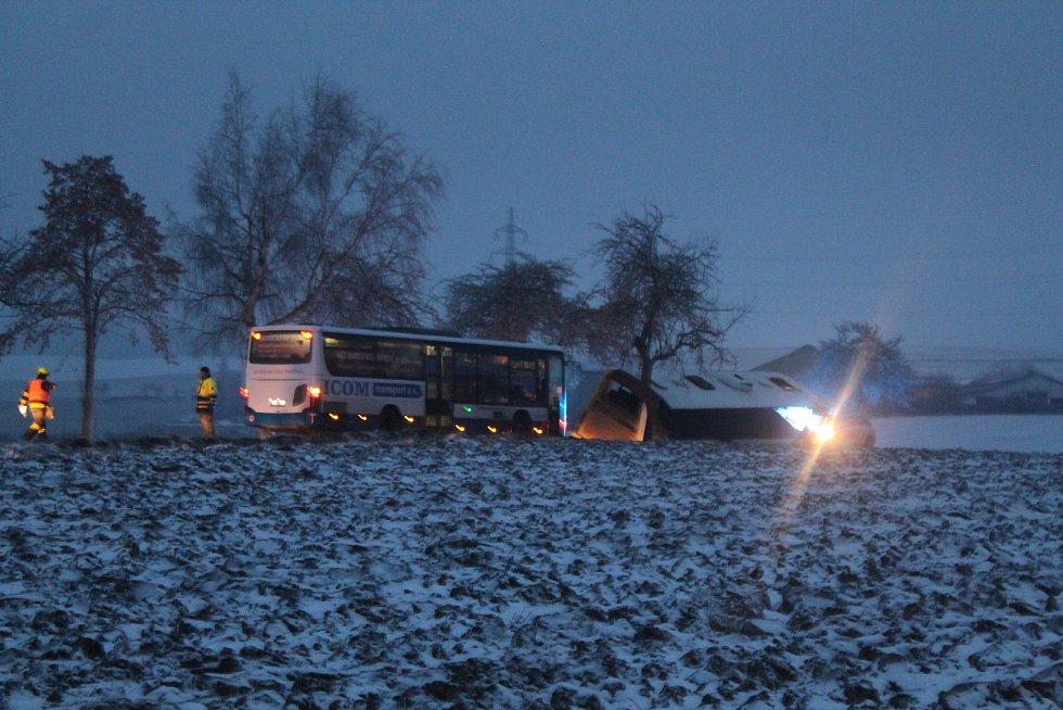 Autobus se školáky havaroval v poslední den, kdy se děti učily jinde než ve své škole.