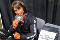 Věra Mikulcová se stříbrnou medailí ze soutěže.
