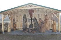 Do poutače v Třešti nedávno přibyl anděl. Betlémskou scenérii od prosince chrání nový přístřešek.