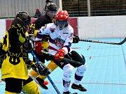 Hokejbalisté SK Jihlava B (v bílých dresech) přešli přes rivala z Třebíče v nejrychlejší možné době. Po dvou výhrách se už mohou těšit na nedělní první semifinálový duel.