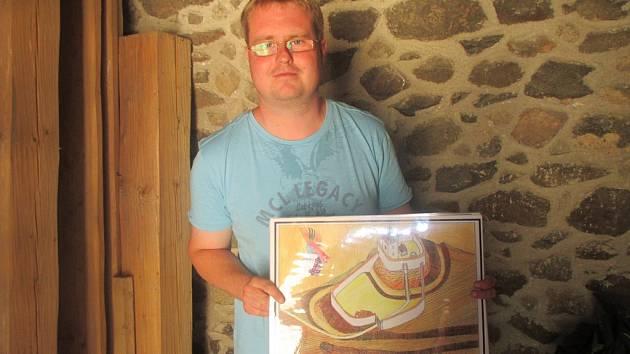 Průvodce po Rokštejně Petr Veselý (na snímku) ukazuje, jak vypadal první hrad. Obrázky s původními podobami hradu jsou od autora Jana Heřmana.