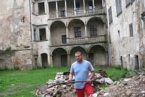 Kastelán Tomáš Hartman na třetím nádvoří brtnického zámku upravuje hromady suti, vynesené ze sklepů.