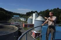 Vedoucí ČOV v Heleníně Vladislav Stehno při kontrole zásobníku suchého odpadu.