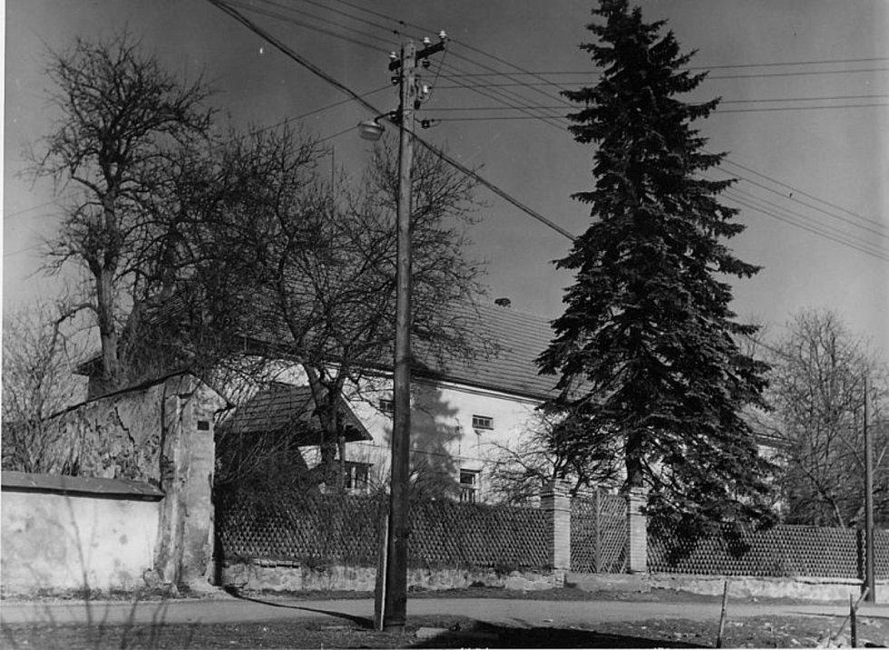 Lesovna byla součástí hospodářského dvora, který patřil k bývalé  místní tvrzi. Později byla lesovna sídlem Lesního družstva a  nyní se v ní nachází šest obecních bytů.