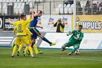 V loňském utkání 21. kola FNL mezi FC Vysočina Jihlava a FK Varnsdorf (3:1) vsítil první branku utkání Petr Breda (v modrém)