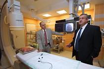 Kardiolog Ladislav Pešl (vpravo) popisuje unikátní přístroj, díky kterému lékaři mohou nahlédnout dovnitř srdce, aniž by otevřeli hrudník pacienta.  Ten je při zákroku v plném vědomí.