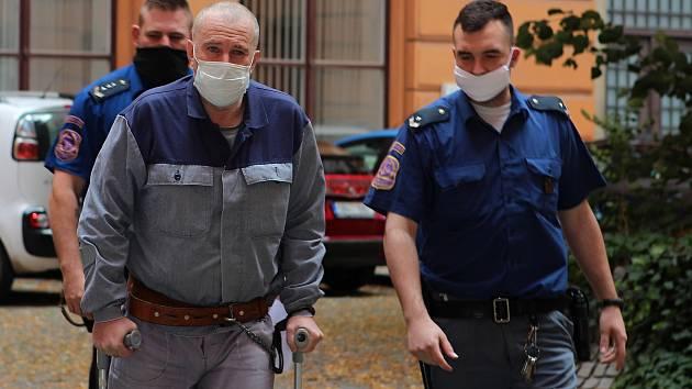 Zdněk Macek míří za doprovodu vězeňské stráže do soudní síně v Brně.