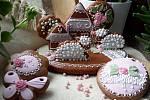 Vajíčka, slepičky, kuřátka i ovce. To jsou tradiční tvary, které z perníku peče Lenka Přibylová společně se svojí sestrou a maminkou. Letošní novinkou budou 3D vejce a slepičky namalované přímo na perníkovém vejci.