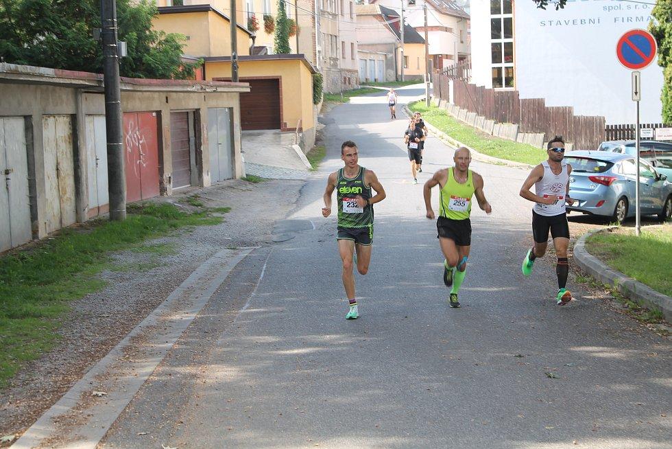 Krátce po startu byli na čele největší favorité Šacl, Pelouch a Exner.