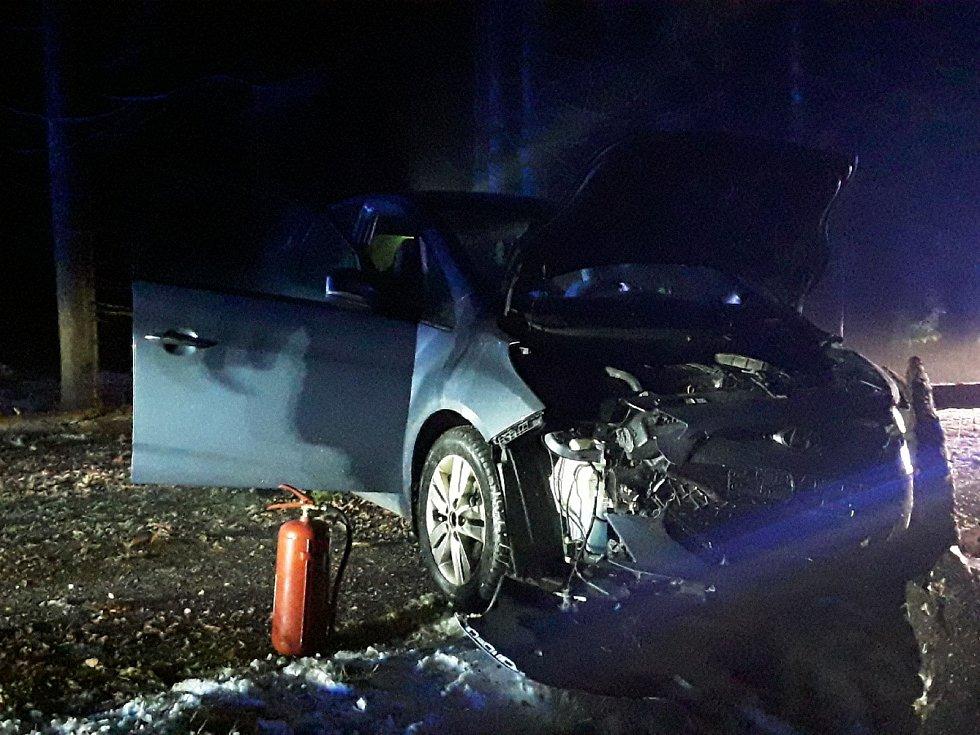 U Krasonic na Jihlavsku narazil před půl pátou ráno osobní vůz do spadlého stromu.