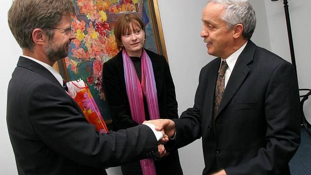 Hejtman kraje Vysočina Miloš Vystrčil přivítal velvyslance Tuniské republiky J. E. Radhouane Larifa (vpravo).