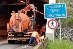 V jihlavském tunelu na frekventované trase, státní silnici I/38, je víkendová úplná uzavírka. Dělníci a technici provádějí údržbu. Děje se tak jednou za rok.
