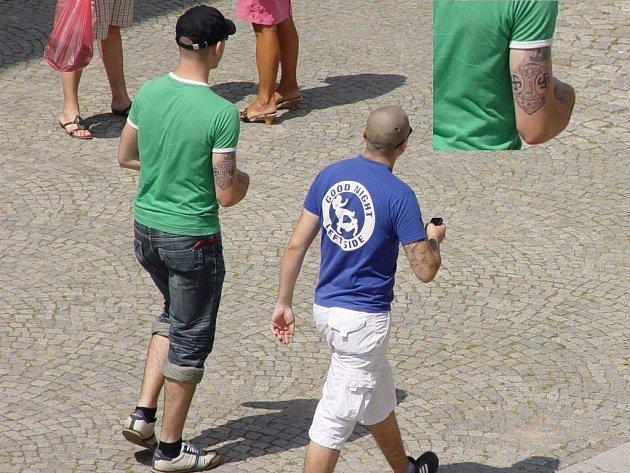 Neonacisté mezi námi. Poznáte je celkem snadno i na ulici. Tetování, kterým se občas rádi pochlubí, je celkem výmluvné. Ve výřezu (vpravo nahoře) je dobře viditelný typický znak – hákový kříž.