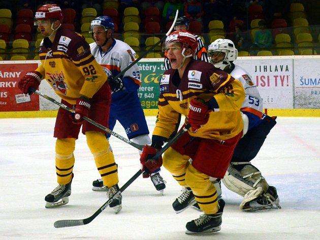 Tvrdý boj. Jihlavští hokejisté se na domácím ledě proti Litoměřicím dost natrápili. Vyrovnat se jim podařilo až v samotném závěru a nakonec zvítězili až v prodloužení.
