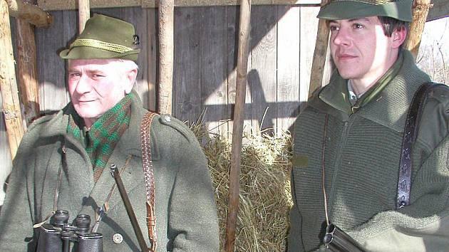 Dva členové mysliveckého sdružení Vílanec – Cerekvička vyrazili do polí a lesů kus za Vílancem zkontrolovat a doplnit krmná zařízení.